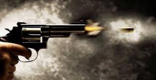 शिकार खेल्न जाँदा आफ्नै छात्तीमा गोली